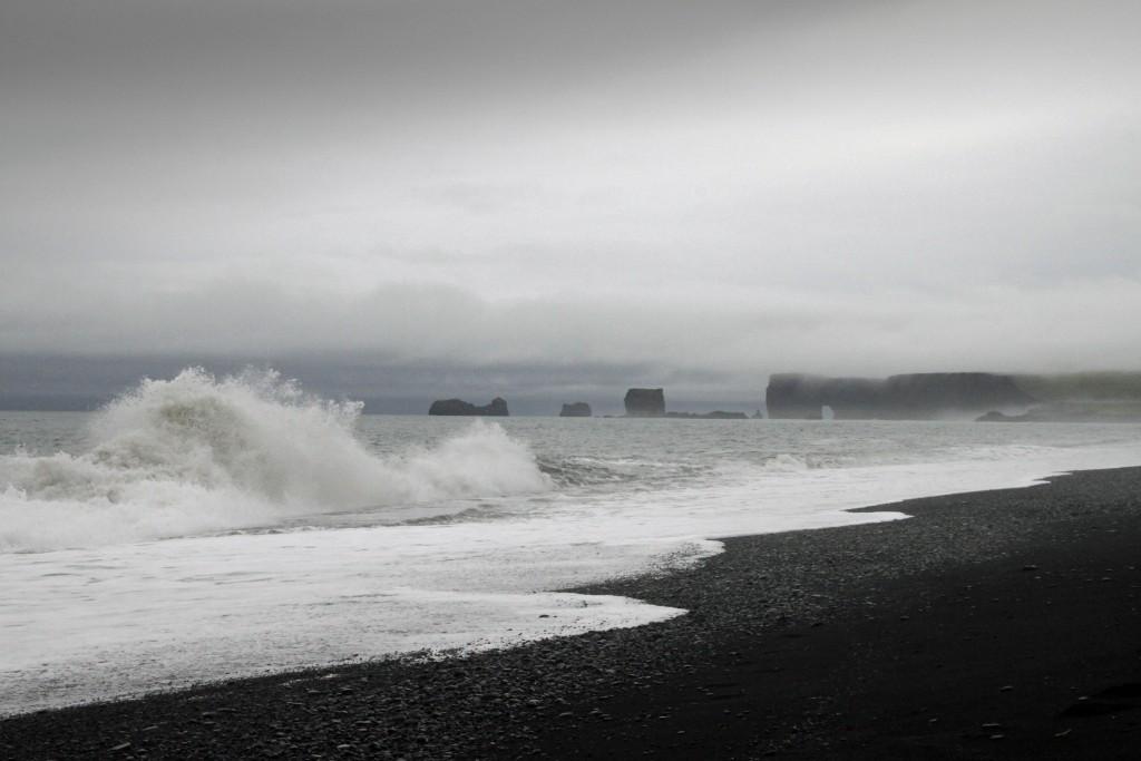 Schwarzer Strand + Wetterfahne